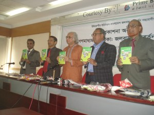 Guest display the media toolkit on climate financing at a publication ceremony in Dhaka on 30 January 2014. SoMaSHTe developed the toolkit for journalists with the support from Oxfam.